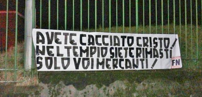 striscione De Filippi primo piano